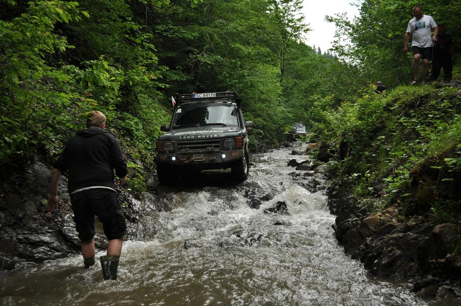 land rover w rzece