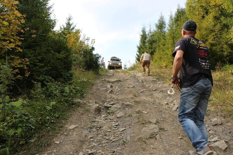 przeprawa terenowa na górskim szlaku